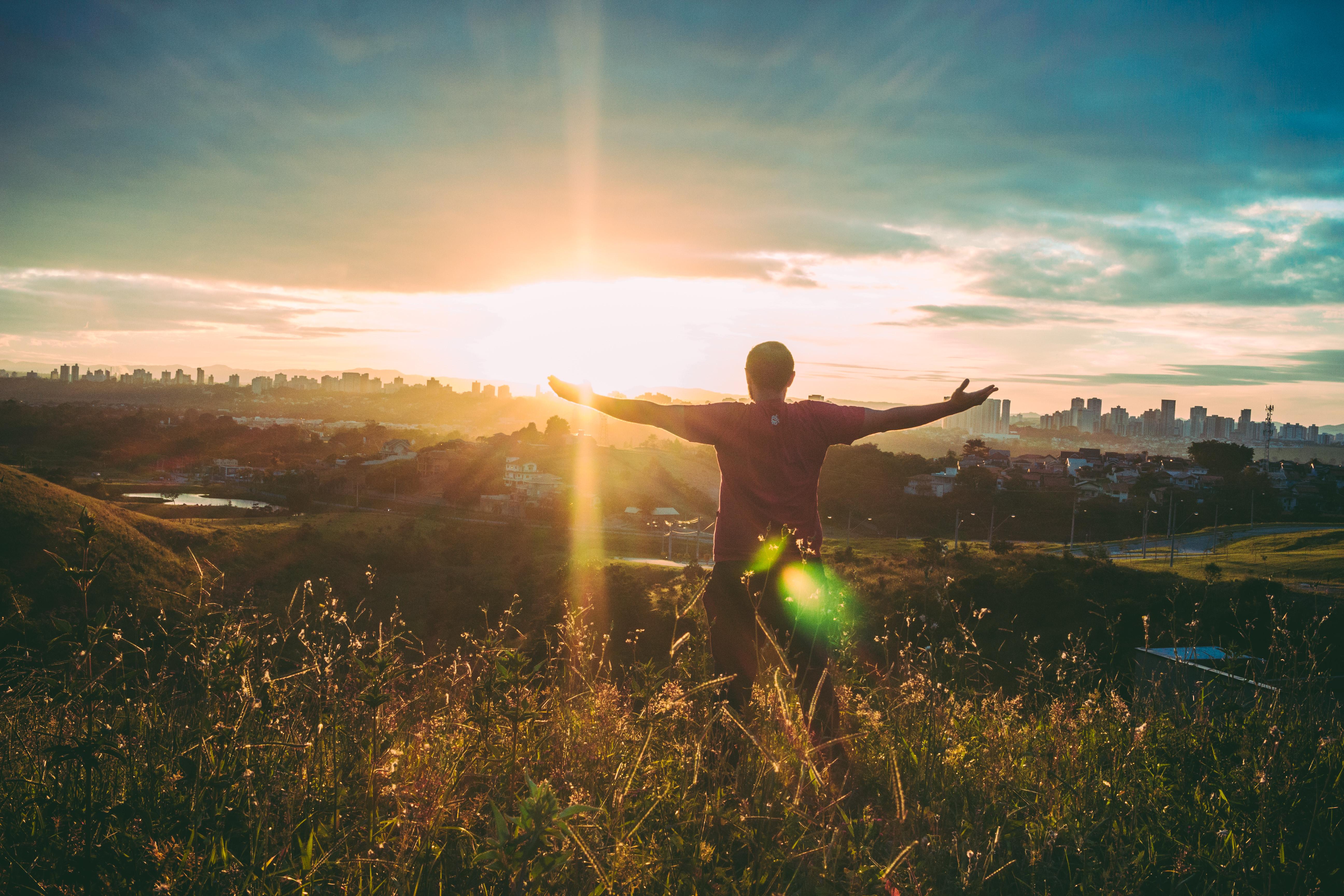 Un señor mira al sol