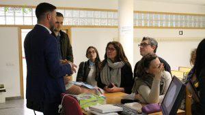 Tras la exposición varios oyentes con Máximo Sierra