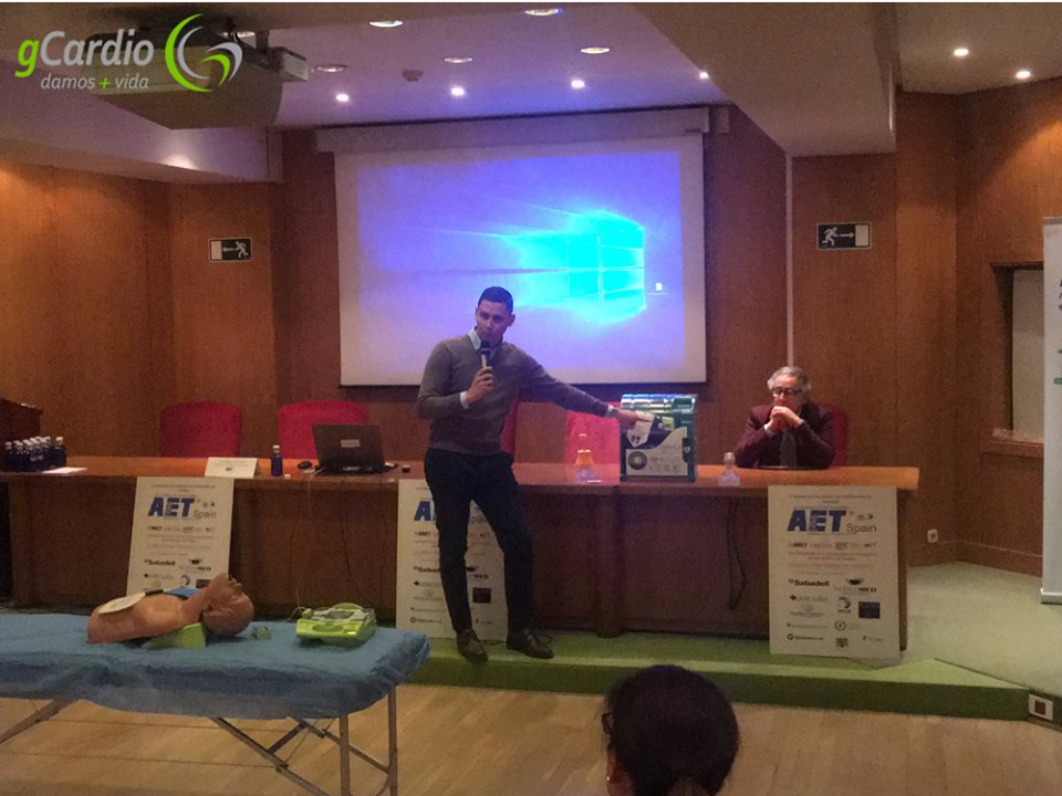 El gerente de gCardio mientras presenta Zoll AED Plus